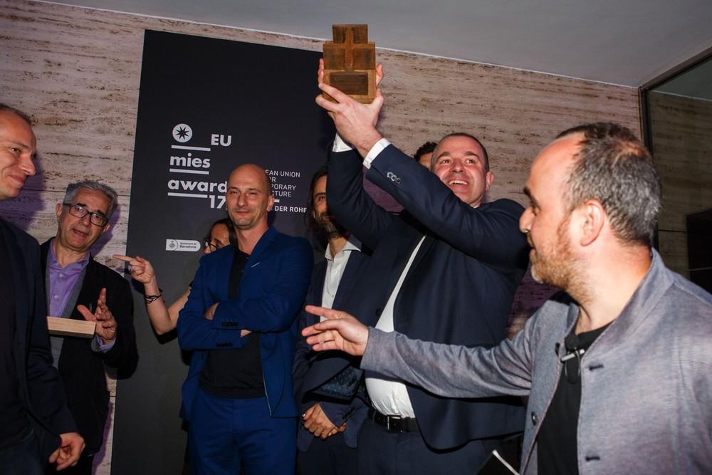 Remise de l'Emerging Award 2017 © Fundaçio MVDR / T. Decuypere (V+), J.-M. et A. Simon, B. Moritz (MSA), I. Blasi (EUMiesAward)