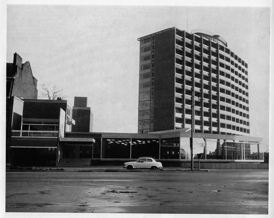 René Panis au Collège de Belgique © Mons, Cité estudiantine Pierre Houzeau de Lehaie, 1967 (c) revue Architecture